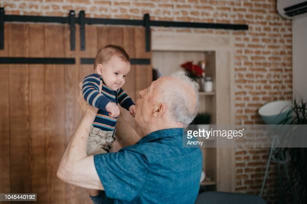 小さな孫と一緒に遊んでの祖父