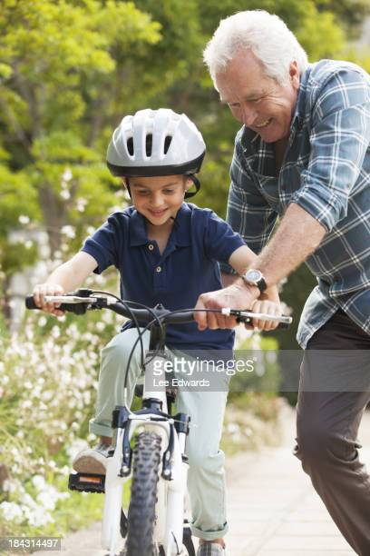 Großvater mit Enkel Trainer, Fahrrad