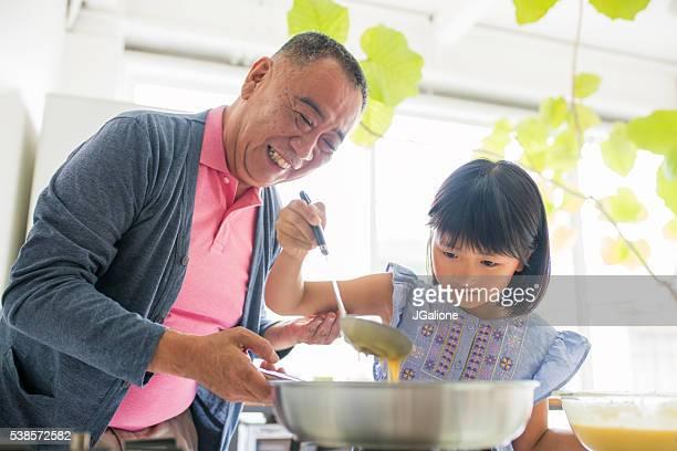 祖父指導彼の孫娘をクック