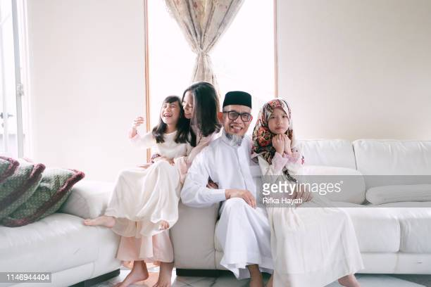 grand-père avec petit-enfant pendant l'aïd mubarak - eid al adha photos et images de collection