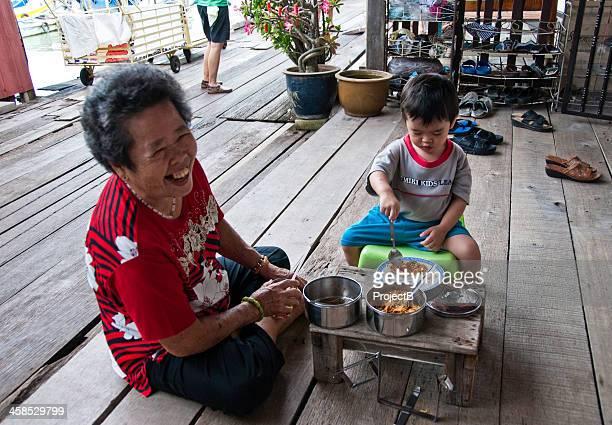 Oma und Enkelkind Essen Abendessen wie zu Hause fühlen.