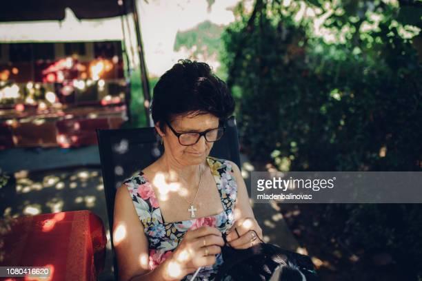 60 Meilleures Mamie Qui Tricote Photos et images - Getty Images