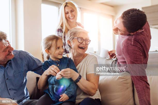 grandma enjoying with family - visita imagens e fotografias de stock