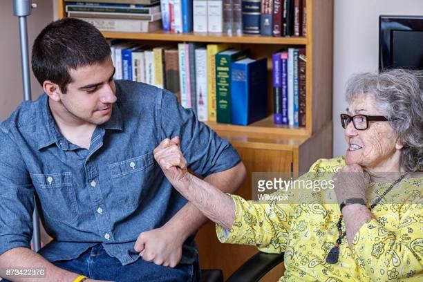 Poings de flexion grand-mère moquent petit-fils difficiles à lutte