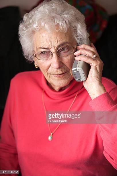 Oma am Telefon