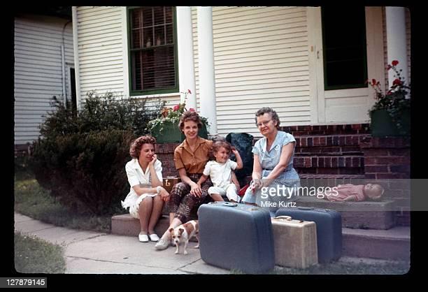 grandma visiting daughter and her family - familie mit einem kind stock-fotos und bilder