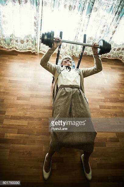 Oma Gewichtheben im Wohnzimmer