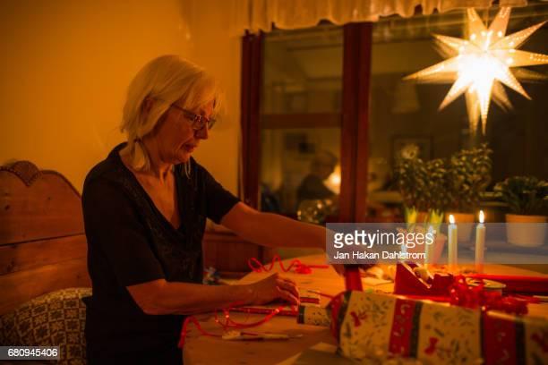 grandma wrapping christmas presents - estrella de los reyes magos fotografías e imágenes de stock