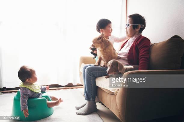 Großmutter und Enkel zu Hause fühlen