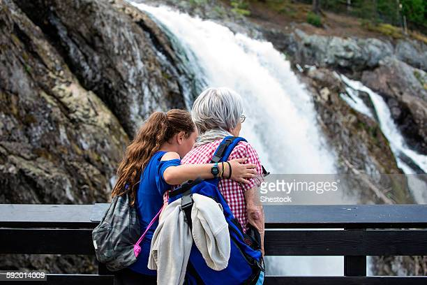 grandmother and granddaughter admiring waterfall - kansas city missouri fotografías e imágenes de stock