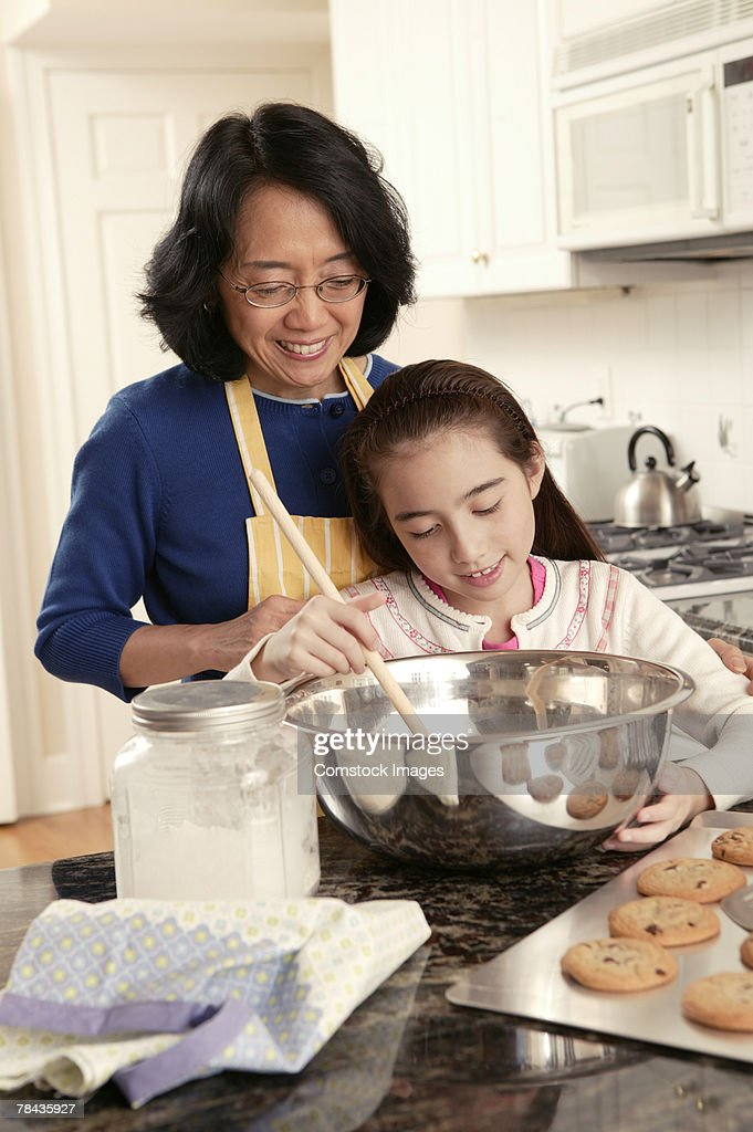 Grandmother and granddaughter baking cookies : Stockfoto