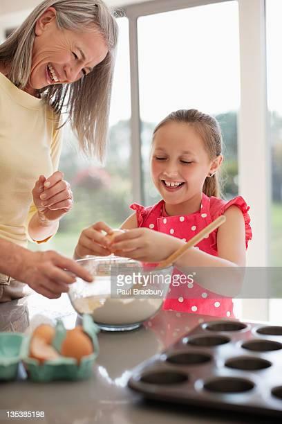 Großmutter und Enkelin Backen cupcakes