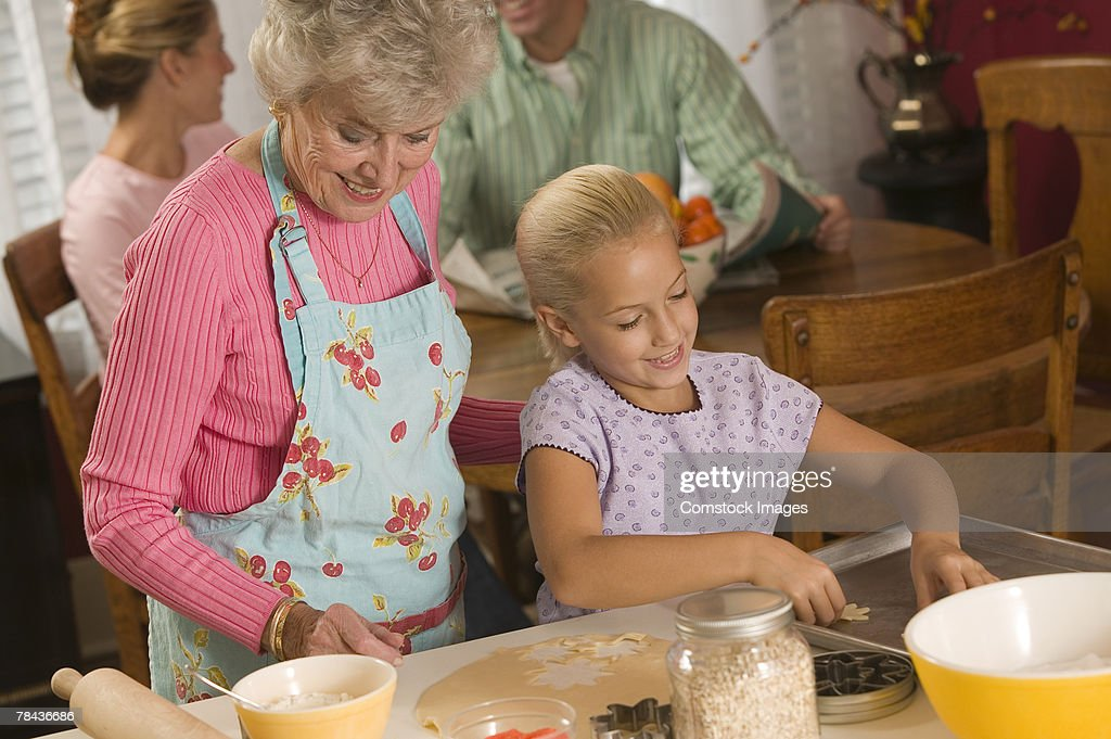 Grandmother and granddaughter baking : Stockfoto