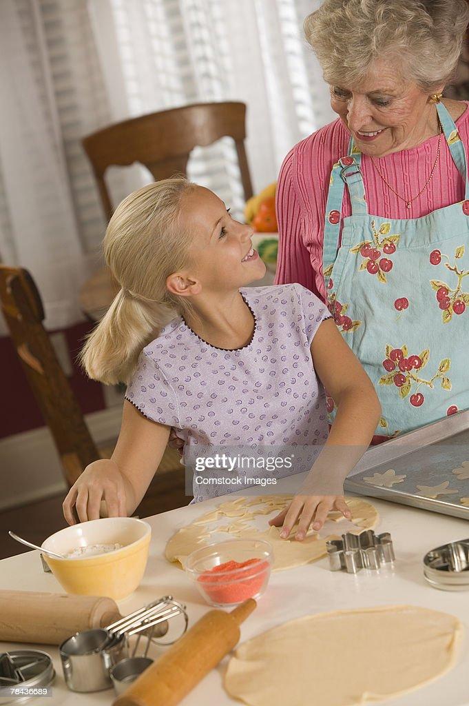 Grandmother and granddaughter baking : Stockfoto