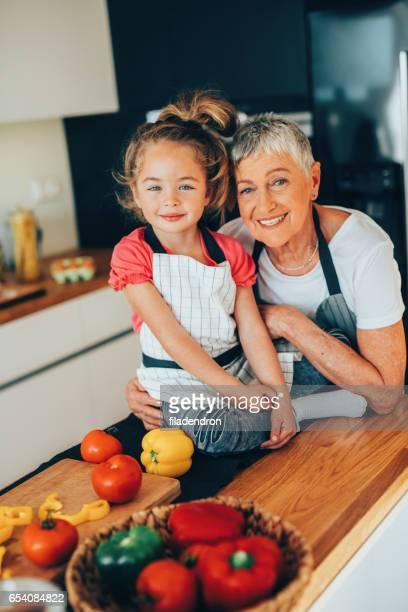 祖母と孫娘、キッチンで