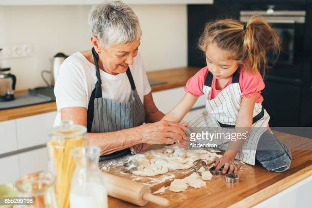 祖母と孫娘クッキーを作り