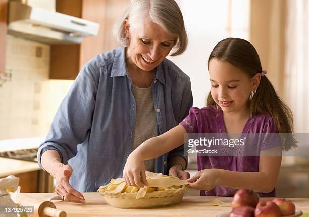 Großmutter und Enkelin, die pie