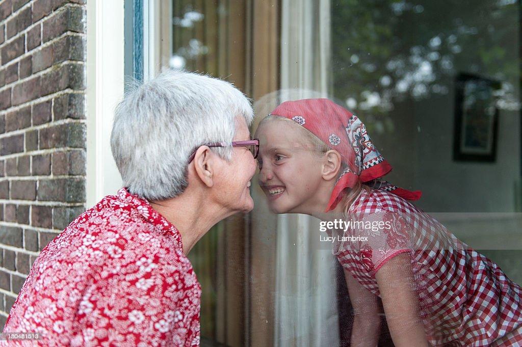 Grandmother and granddaughter nosing lovingly : Stockfoto