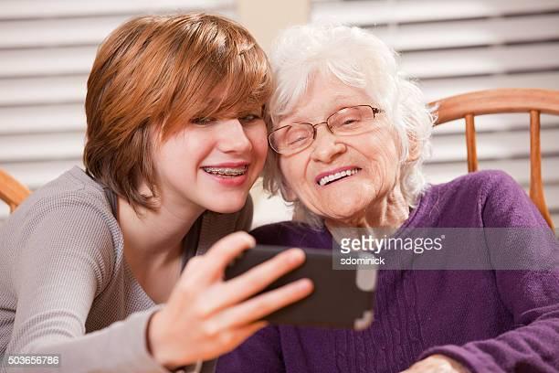 Großmutter und Enkelin Selfie von