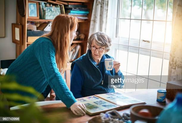 Abuela y nieta con fotos de la familia, la abuela mira avergonzada