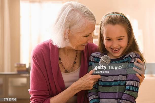 Großmutter und Enkelin mit Mikrofon