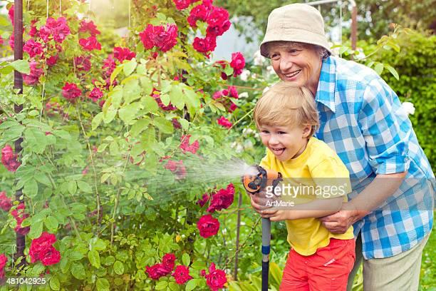 Grand-mère et son petit-fils dans le jardin