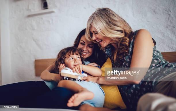 Grand-mère, fille et petit-fils jouer avec des jouets à la maison