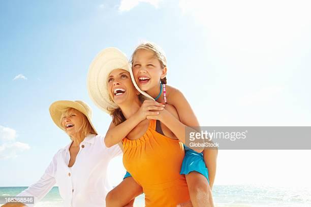 Großmutter und Enkelin und Tochter genießen Sie am Strand