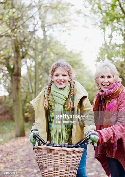 Großmutter Enkelin Reiten Fahrrad helfen