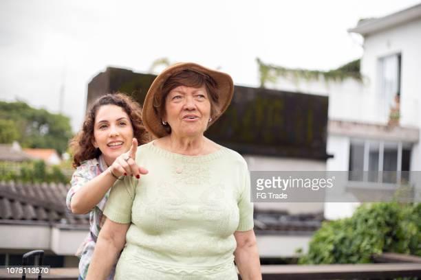 avó / mãe e neta apontando ou encontrar um local - sul europeu - fotografias e filmes do acervo