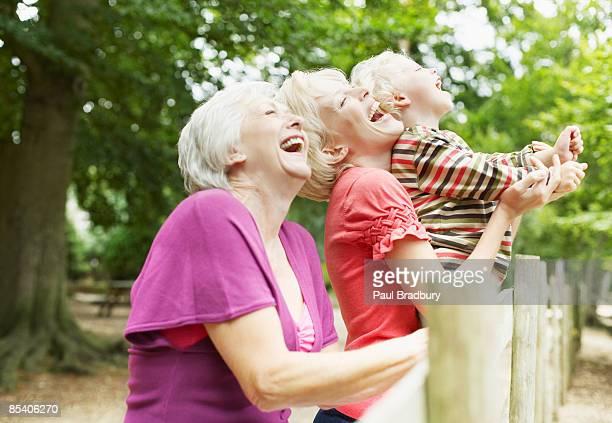 grand-mère, mère et fils, appréciant le parc - mamie humour photos et images de collection