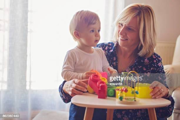 Grand-mère jouant avec le petit-fils de bébé