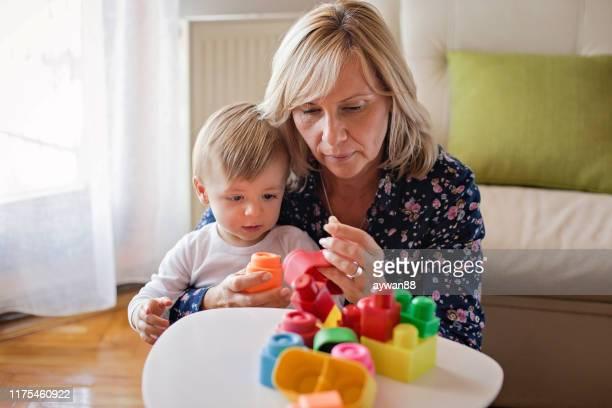 avó que joga com neto bonito - dama de companhia - fotografias e filmes do acervo