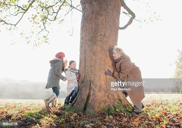 Großmutter spielen mit granddaughters im Freien