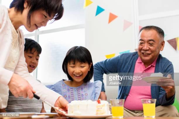 祖母のサービングの誕生日ケーキ