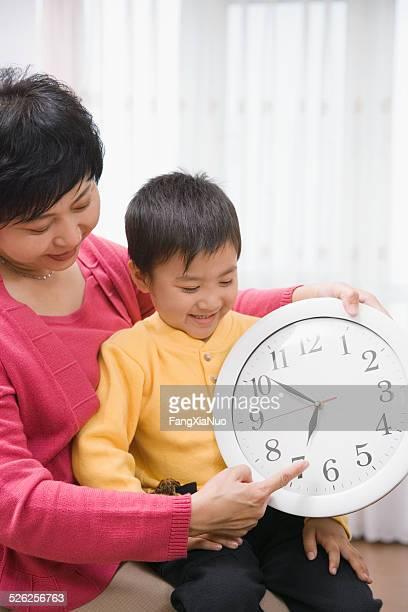 Nonna con nipote (4-5) clock