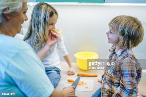 Grand-mère avec des enfants dans la cuisine