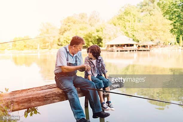 Grandpa et petit-fils de pêche ensemble