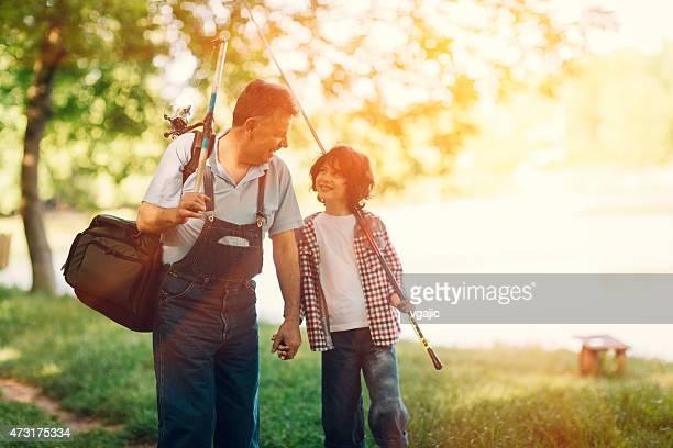 Grandpa et petit-fils de pêche.