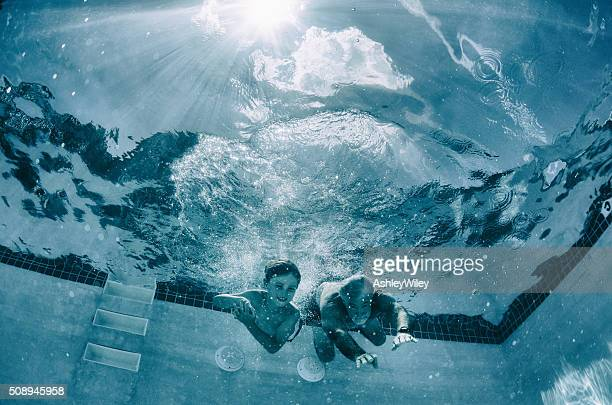 Nonno e nipote gara sott'acqua in piscina