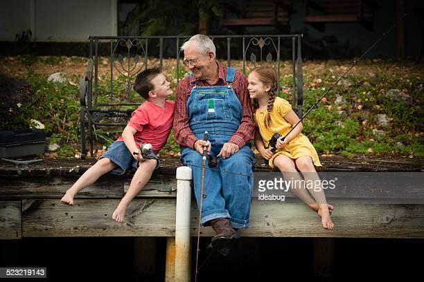 Opa Angeln am Dock und Urenkel und Enkelin