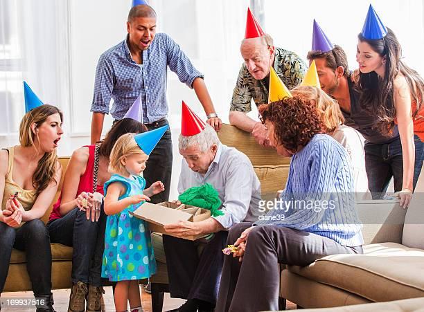 Grandpa abre sus regalos