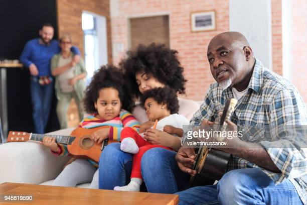 Opa speelt gitaar