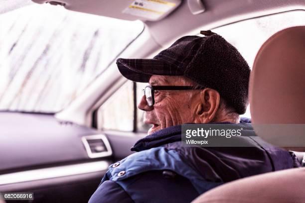 Grand-papa chaudement habillé dans voiture d'hiver