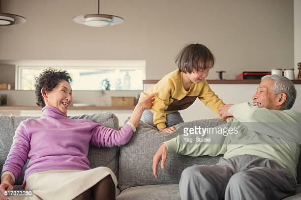 祖父母と孫が「リビングルーム」で楽しいひとときを