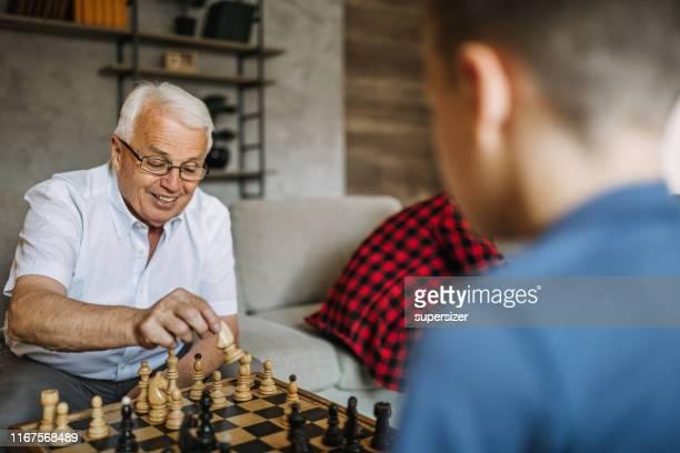grandparent que gasta o tempo com netos - termo esportivo - fotografias e filmes do acervo