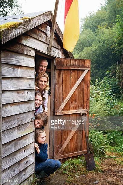 Großeltern und Kinder sich in ihnen zu verstecken Schuppen