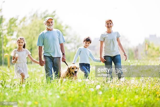 Großeltern mit ihren Enkelkindern im park Hände halten.