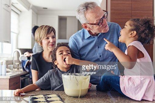 grandsparents cuisiner avec les enfants photo getty images. Black Bedroom Furniture Sets. Home Design Ideas