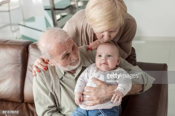 Abuelos en tiempo pasaron con su nieta